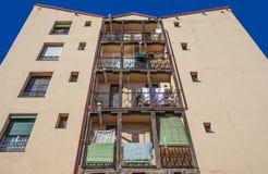 Balcones de madera típicos en la ciudad vieja de Madrid Foto de archivo
