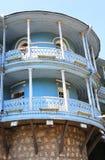 Balcones de Tbilisi bajo sol brillante Imagen de archivo libre de regalías