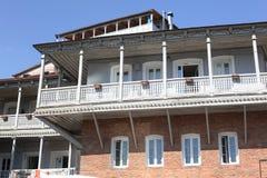 Balcones de Tbilisi que ponen en contraste en sol brillante del verano Imágenes de archivo libres de regalías