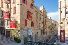 Balcones de Traditinal y el streetview de La Valeta, Malta Fotos de archivo libres de regalías