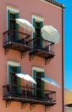 Balcones del hotel con los paraguas Foto de archivo