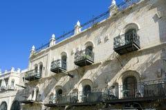 balcones del Labrado-hierro en las calles de Jerusalén Foto de archivo libre de regalías
