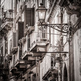Balcones del vintage y lámpara de calle hermosos en mediterráneo viejo Imagen de archivo