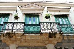 Balcones en edificios históricos viejos Imágenes de archivo libres de regalías