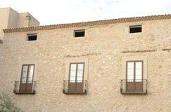 Balcones en el edificio de piedra Foto de archivo