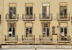 Balcones en el frente del bloque de apartamentos Fotos de archivo libres de regalías