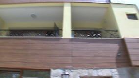 Balcones en hotel de familia en el parque búlgaro Rosinets almacen de metraje de vídeo