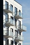 Balcones en la arquitectura moderna fotos de archivo