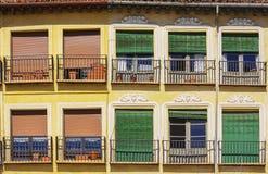 Balcones españoles típicos con las persianas coloridas Fotos de archivo libres de regalías