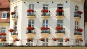 Balcones florecidos de la mansión o del hotel de lujo, propiedades inmobiliarias costosas de la élite almacen de metraje de vídeo