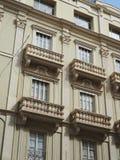 Balcones hermosos de un edificio retro del estilo fotografía de archivo libre de regalías