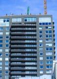 Balcones largos en la nueva construcción de la propiedad horizontal Imagenes de archivo