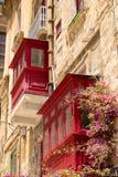 Balcones malteses de madera tradicionales rojos en La Valeta Foto de archivo