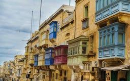 Balcones y ventanas coloridos malteses típicos en la ciudad vieja de La Valeta imágenes de archivo libres de regalías