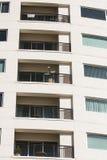 Balconi beige sulla torretta del condominio Fotografia Stock Libera da Diritti