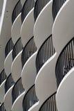 Balconi bianchi curvi dell'hotel Fotografia Stock Libera da Diritti