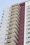 Balconi del condominio dalla parete di pietra rossa Fotografie Stock Libere da Diritti