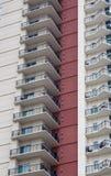 Balconi del condominio dalla parete rossa Fotografia Stock Libera da Diritti