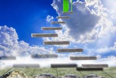Balconi e rocce di legno, con fare un passo nel chiaro cielo e porta verde, con il concetto di successo, se non smettete fotografia stock libera da diritti