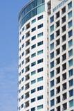 Balconi e Windows del condominio su cielo blu Fotografia Stock Libera da Diritti