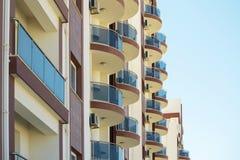 Balconi rotondi su costruzione moderna Fotografia Stock