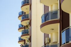 Balconi rotondi su costruzione moderna Immagini Stock
