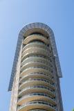 Balconi rotondi sulla torre moderna del condominio Immagini Stock