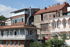 Balconi scolpiti di legno di Tbilisi nell'ambito del sole di estate Immagini Stock Libere da Diritti