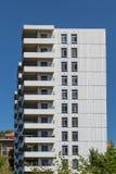 Balconi sulla costruzione concreta e di vetro del condominio Immagine Stock