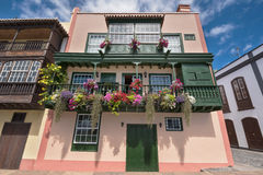 Balconi variopinti antichi famosi delle colonie decorati con il fiore Immagine Stock Libera da Diritti