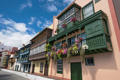 Balconi variopinti antichi famosi delle colonie decorati con il fiore Immagini Stock Libere da Diritti