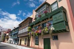 Balconi variopinti antichi famosi delle colonie decorati con il fiore Fotografia Stock Libera da Diritti