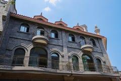 Balconied byggnad med ärke- fönster royaltyfri foto