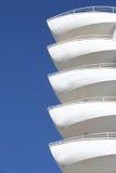 Balcons blancs comme bateaux de nez de ma Marine Residence Images libres de droits