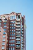 Balcons blancs sur la tour de logement de Brown Image stock