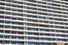 Balcons d'un bâtiment préfabriqué de logement à caractère social photos stock