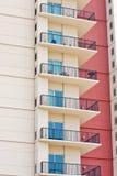 Balcons de logement et mur rouge Photos libres de droits