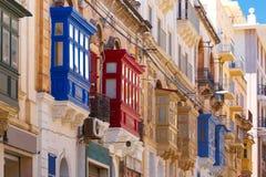 Balcons en bois colorés traditionnels, Malte image libre de droits