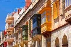 Balcons en bois colorés traditionnels, Malte images stock