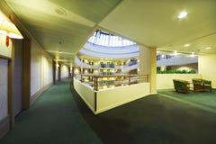 Balcons et trappes dans l'hôtel du congrès d'iris Images libres de droits
