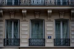 Balcons français sur le bâtiment à Paris Photographie stock libre de droits
