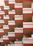 Balcons roses sur l'immeuble moderne Photos libres de droits