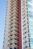 Balcons sur la tour beige et rouge de logement Image libre de droits