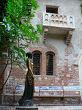 THE BALCONY OF JULIET. VERONA CITY, ITALY. THE COURTYARD WIT A  BALCONY AND STATUE OF JULIET, CHARACTER IN THE DRAMA ROMEO AND JULIET Royalty Free Stock Images