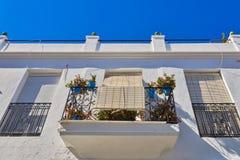 Balconys mit Blumen in Mijas spanien lizenzfreie stockfotos