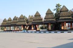 Baldacchini, tetti per protezione da pioggia e sole sotto forma di alberi di Natale Immagine Stock