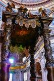 Baldacchino de Bernini dans le saint Peter Basilica Photos stock