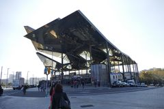 Baldacchino di riflessione moderno del tetto di Encants Fira de Bellcaire del sito del mercato delle pulci di Barcellona fotografia stock libera da diritti