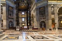 Baldachin über Altar in Kirchenschiff Basilika von St Peter Lizenzfreie Stockbilder