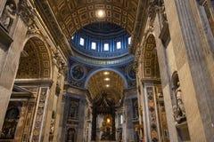Baldachin und Apsis mit St- Peter` s Cathedra Lizenzfreie Stockfotos